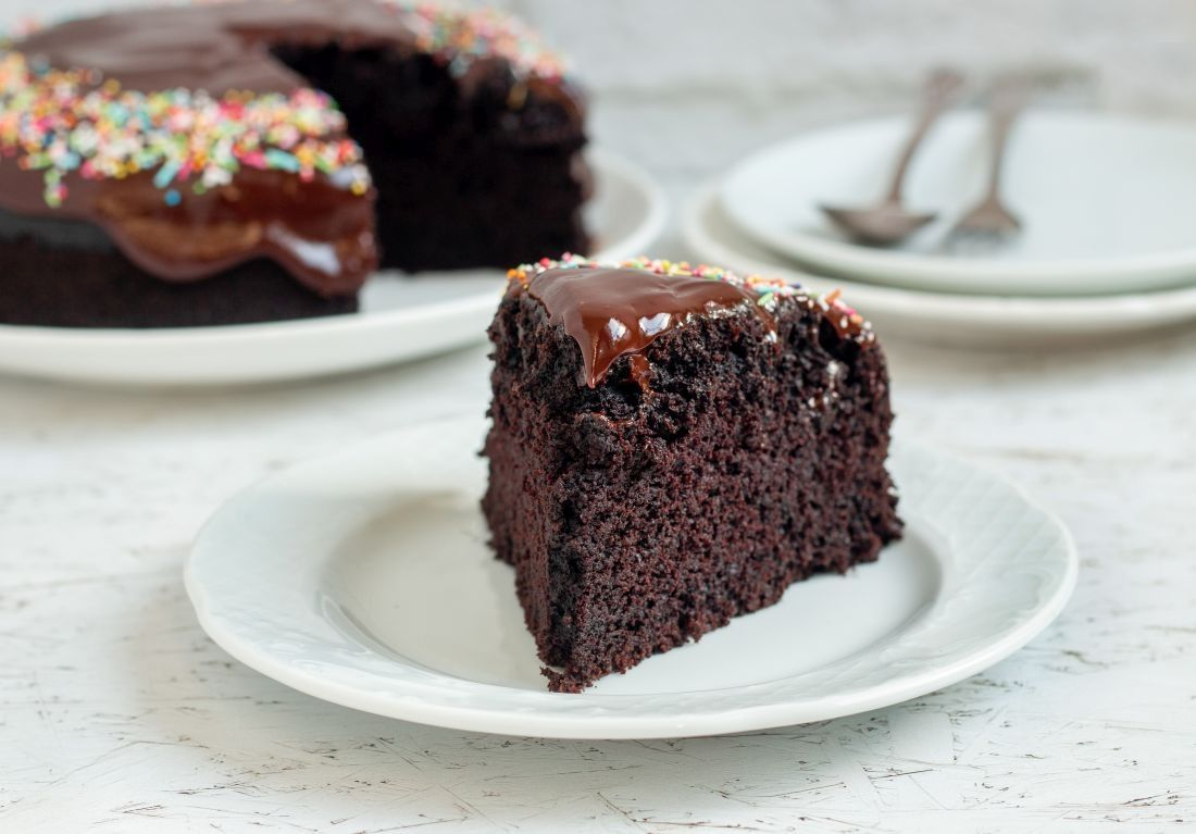 פרוסה מעוגת השוקולד הטבעונית