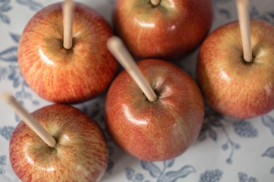 קחו את אותו התפוח על מקל וצפו אותו בקרמל