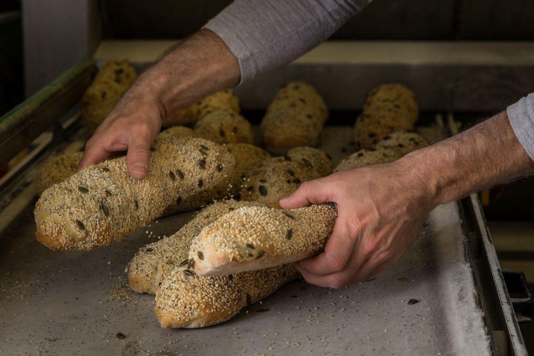 פוקצ'ה זרעים - לחם שטוח איטלקי שעשוי עם שמן זית ומכוסה בתערובת של זרעים מתפצחים