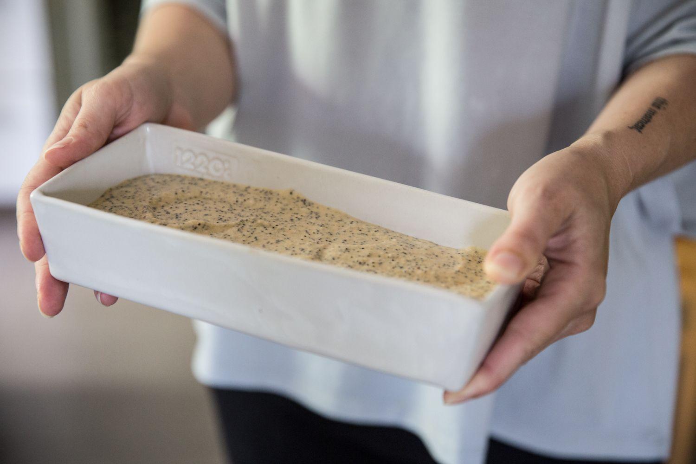 מעבירים לתבנית אינגליש קייק משומנת בחמאה ומכניסים לתנור