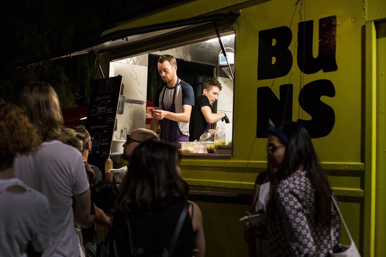 Buns Mobile; משאית צהובה, עם 2-3 אמריקנים נמרצים שמגישים מנות צ׳יזבורגר עם או בלי בייקון