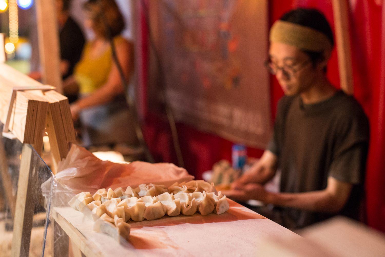 כופתאות יפניות מאודות ב-Bite club, שוק אוכל רחוב בברלין