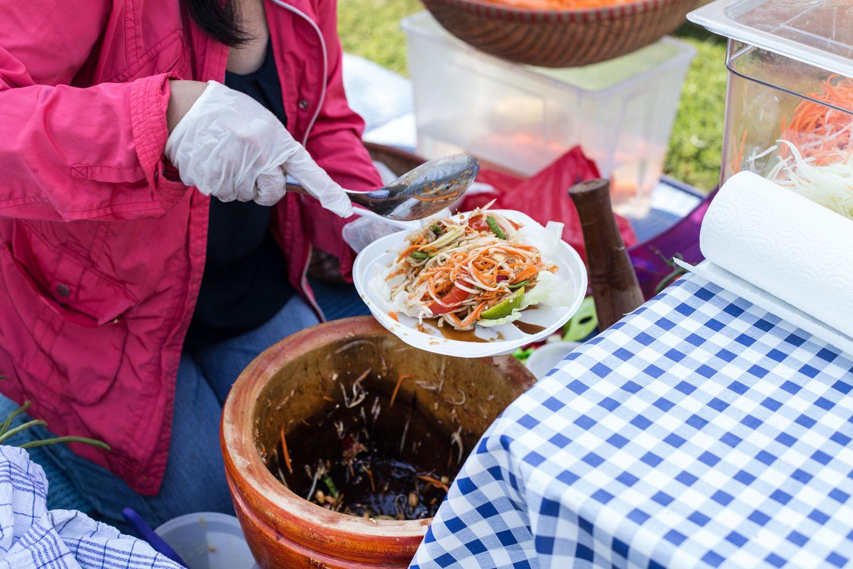 מנת סלט הסום-טאם בשוק אוכל הרחוב התאילנדי בברלין