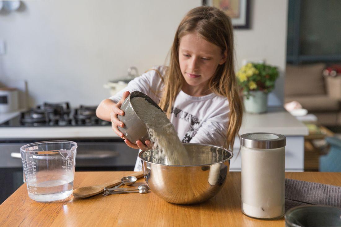 בת ה-9 השתלטה בזריזות על יצירת הבצק והתפחתו