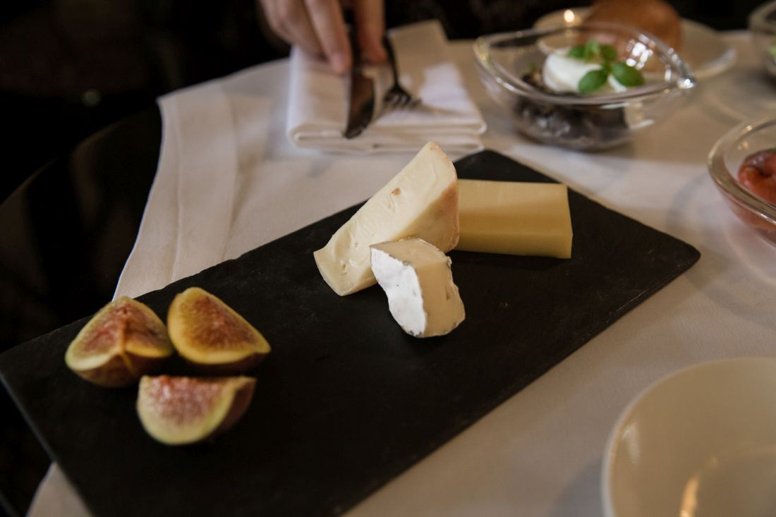 מגש גבינות עם קרוטן של הנוקד, טלג׳יו וקומטה