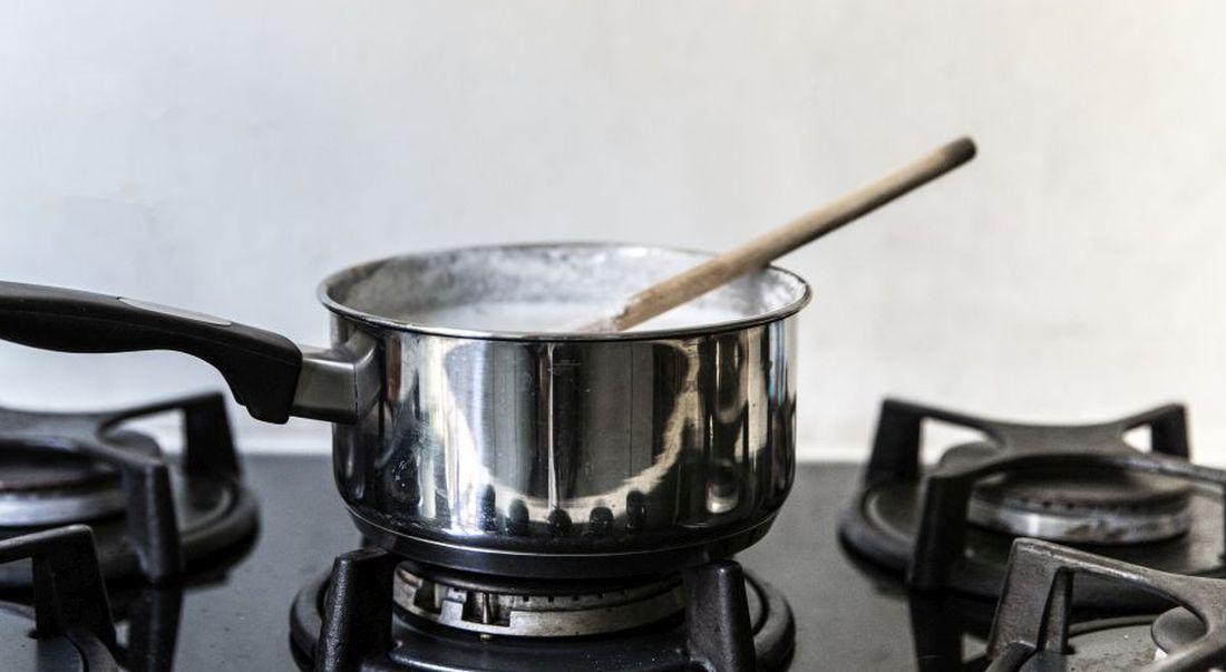 מערבבים בסיר את החלב, השמנת, החלב המרוכז, הגלוקוזה והווניל