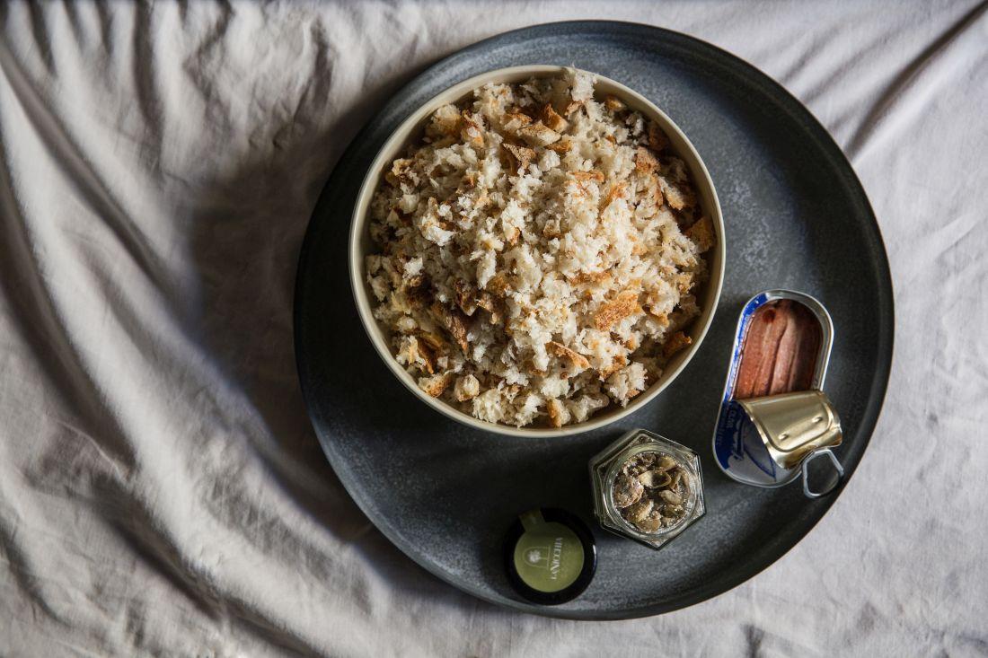 סוד המנה: שילוב טעמי האנשובי והצלפים ופריכות פירורי הלחם
