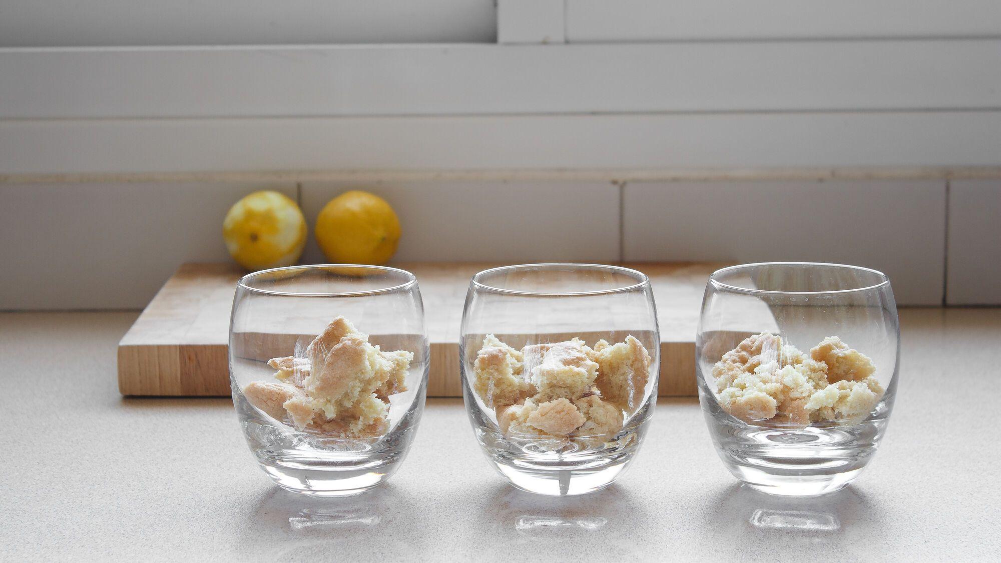 שוברים את בסיס הסבלה ברטון לפיסות בינוניות ומניחים בתחתית כוסות הגשה