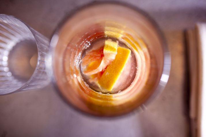 גל יניב מחברת הכרם משקאות מכין מרגריטה נפלאה של מסעדת קופי בר