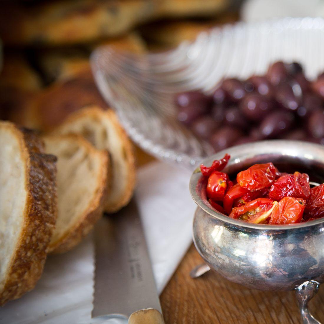 הזיתים, העגבניות המיובשות והלחם הגרמני הפרוס