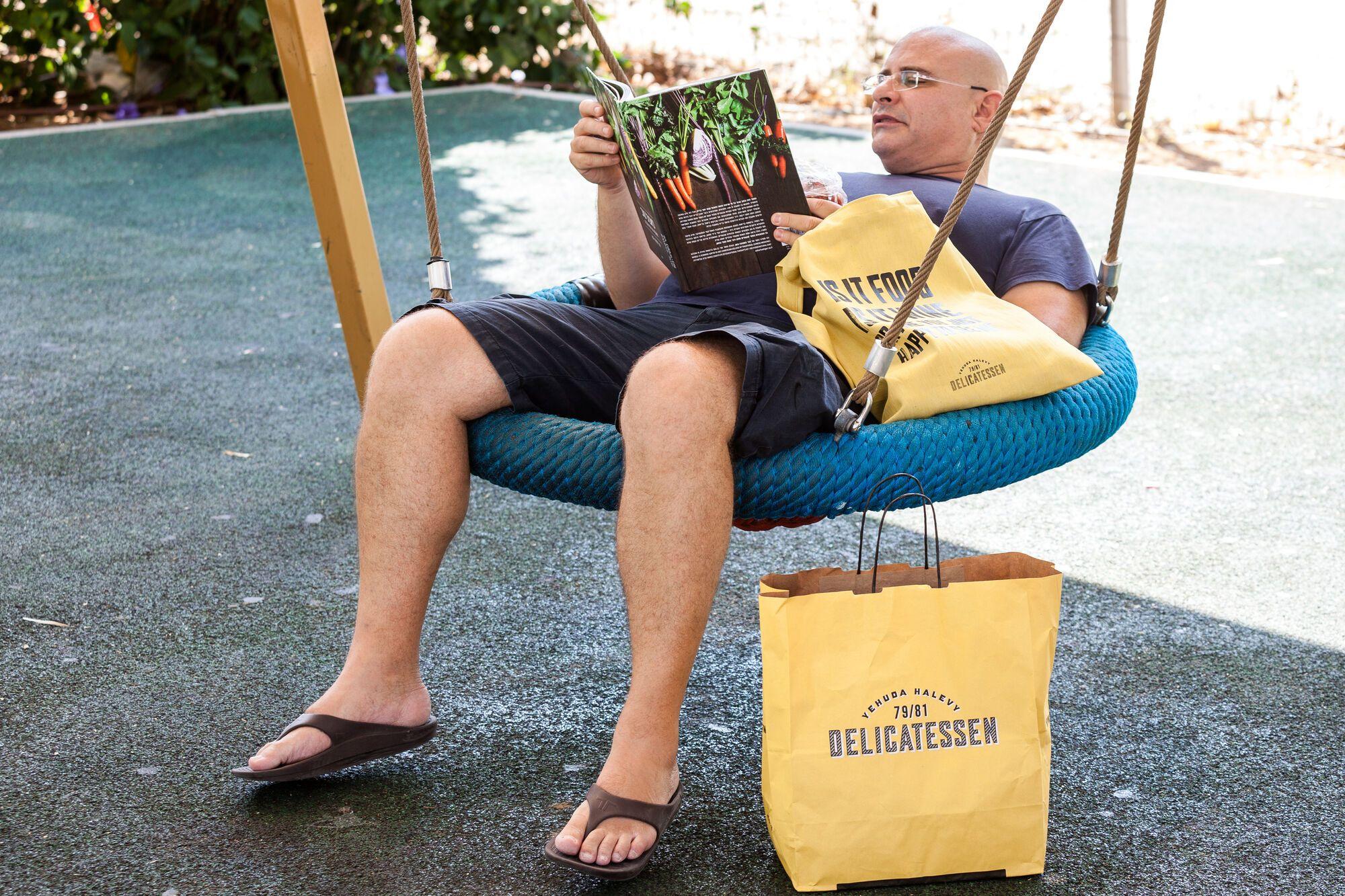 """נטלתי מהמדף ב""""דליקטסן"""" את ספר הבישול - לאכול טוב"""" מאת זהר לוסטיגר בשן. כמי שהיה פעם קרניבור גדול, אני מוצא את עצמי בשנים האחרונות יותר ויותר נמשך לצמחונות"""