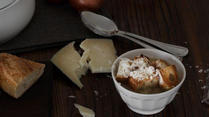 מוסיפים גבינת פקרונו או כל גבינה עזת טעמים אחרת