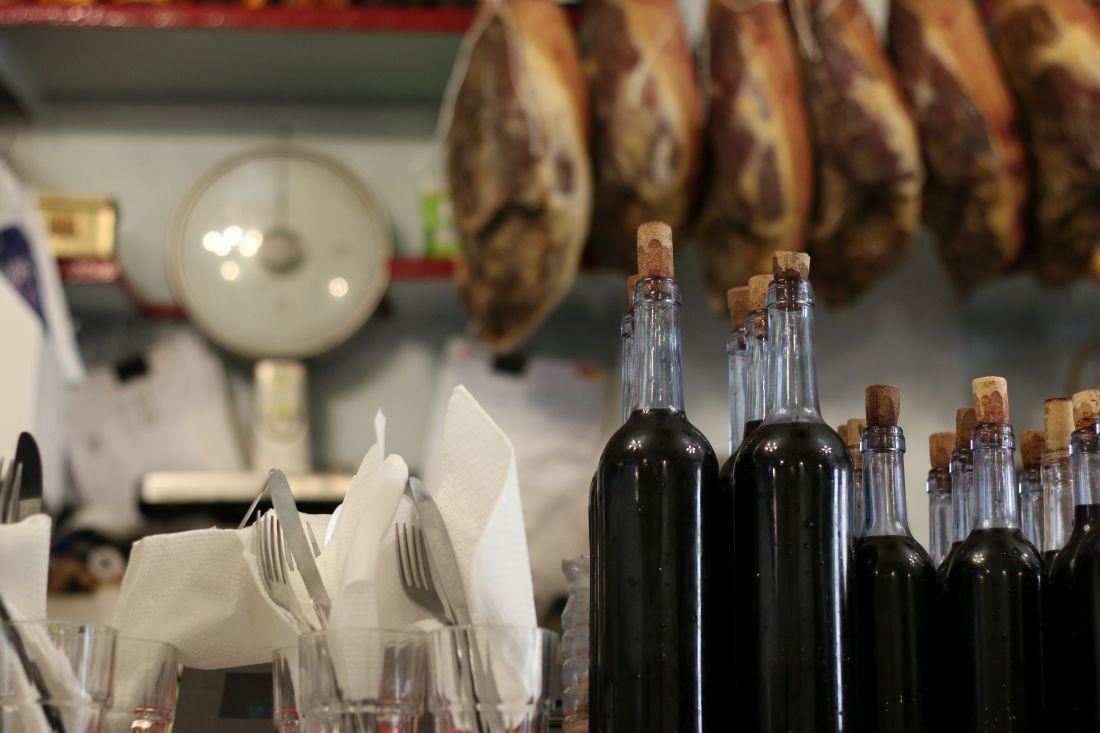 A Provinciana, בקבוקי יין הבית מתרוקנים כאילו היו מים