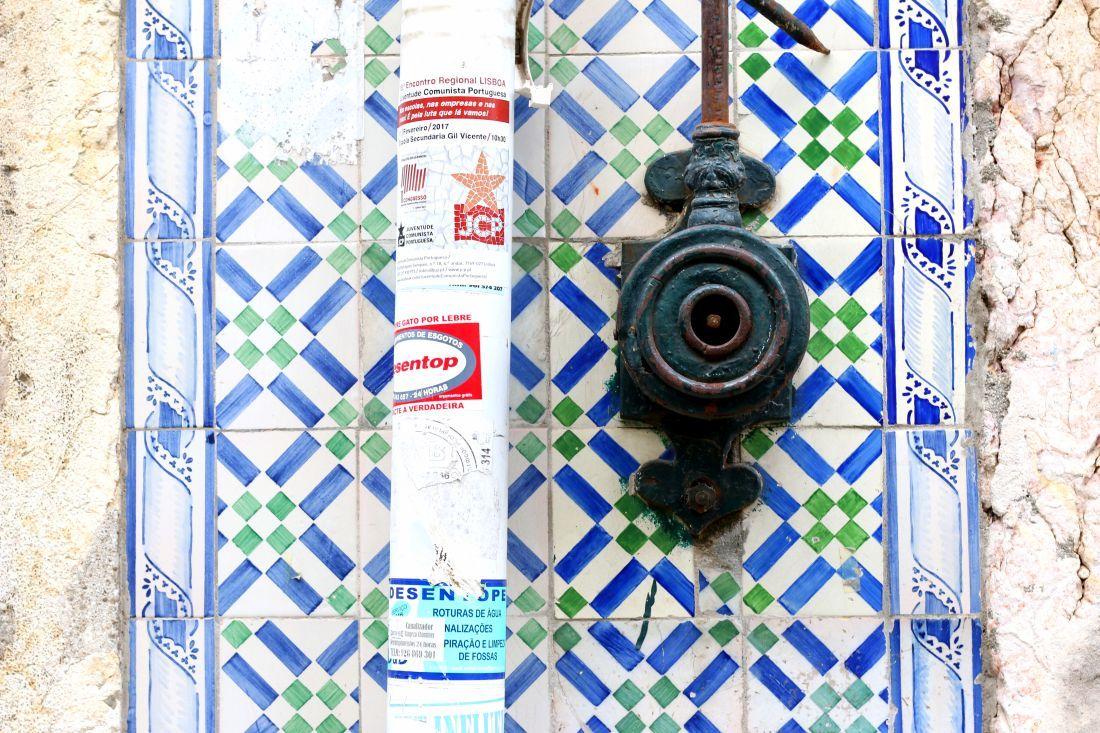 ה-Azulejos הם האריחים הפורטוגזיים המפורסמים המעטרים בתים רבים בליסבון