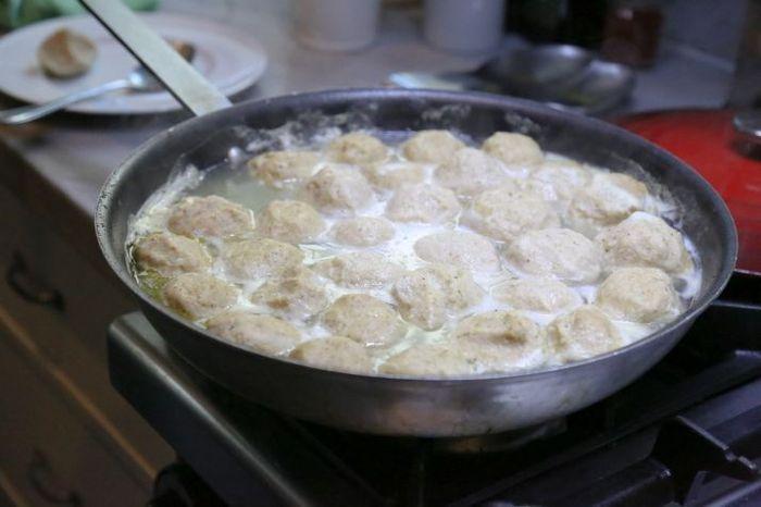 קניידלך מתבשלים לאיטם בסיר עם מרק