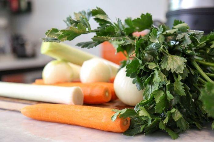 ירקות שורש הם המפתח לכל מרק עוף מוצלח