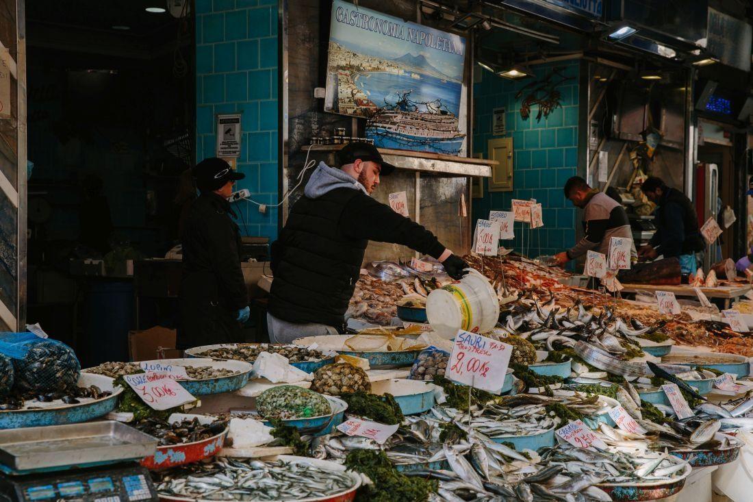 דוכן דגים בשוק בנאפולי