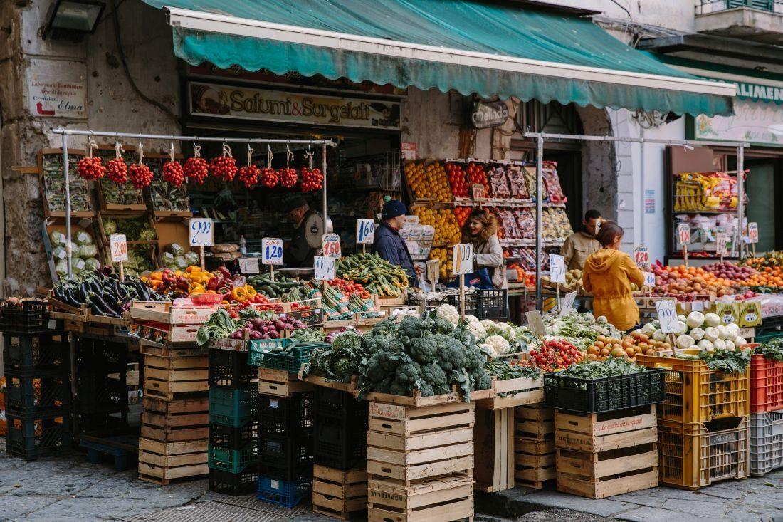 כמעט בכל רחוב יש חנויות שמוכרות תוצרת חקלאית טרייה