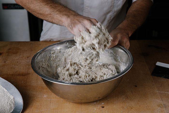 לחם שיפון מחמצת - לשים ביד את כל המרכיבים