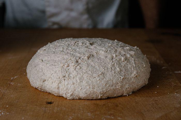 לחם מחמצת שיפון - להתפיח כשעה