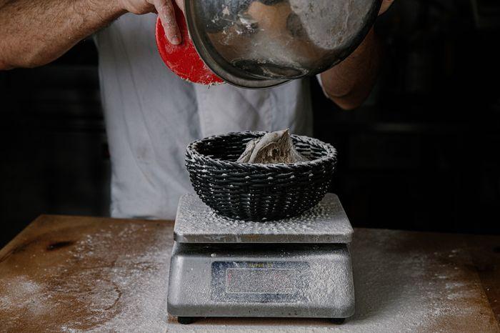 לחם מחמצת שיפון - להעביר בעדינות לסלסלת התפחה מקומחת