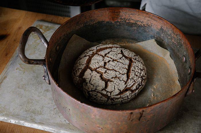 להכניס את הלחם על המגש מרופד בנייר אפייה ומכוסה בסיר הפוך לאפות כ 25 ד'