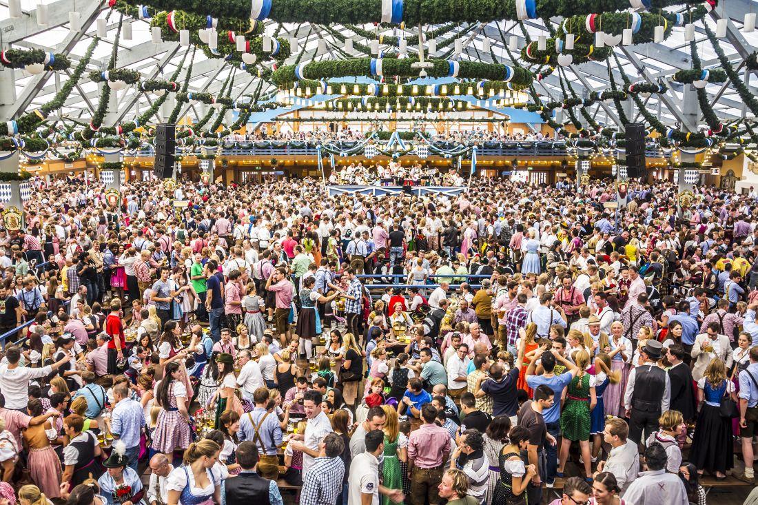 """אין אוהב בירה שיכול להרשות לעצמו להחמיץ את האוקטוברפסט, הלא הוא פסטיבל הבירה הבווארי שמתקיים ברחבי הנסיכות כולה – אבל החגיגה המפורסמת ביותר היא זו של מינכן. צילום: יח""""צ"""