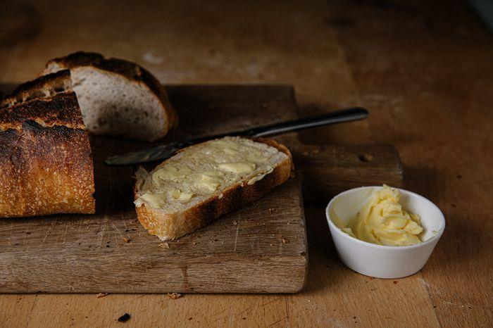 אין כמו לחם חם מהתנור וחמאה טובה
