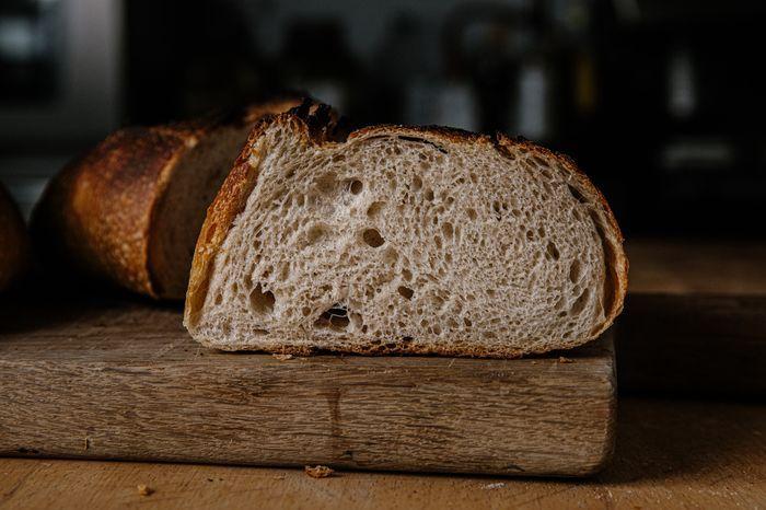 למרות שזה קשה, חשוב לחכות להצטננות הלחם לפני הפריסה.