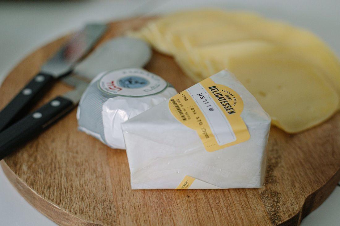 מגש גבינותלבראנץ' ישראלי ל-12 איש של הדליקטסן